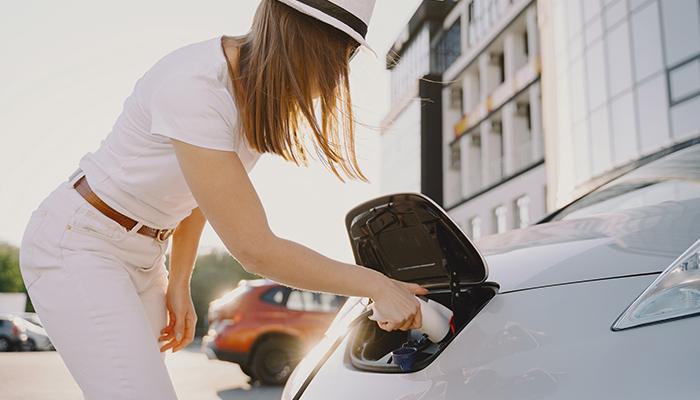 Tranzitia la vehicule electrice intre ingrijorari si beneficii